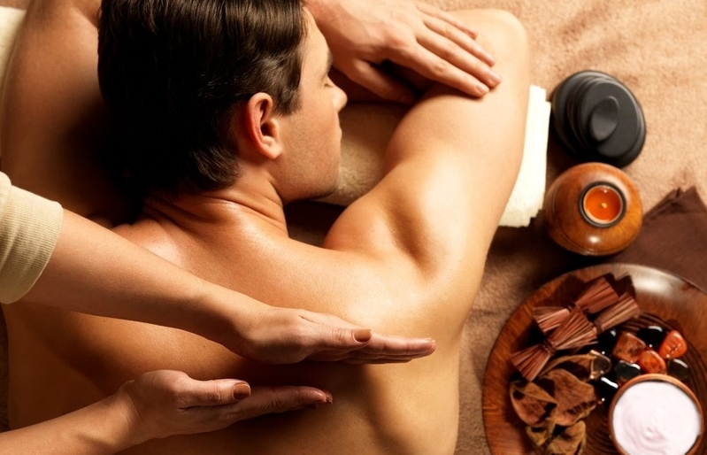 A massoterapia oferece massagens relaxantes.